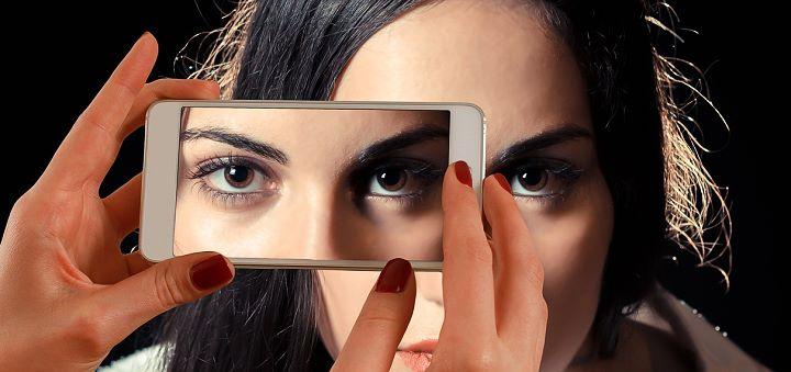 Frau, Augen, Smartphone